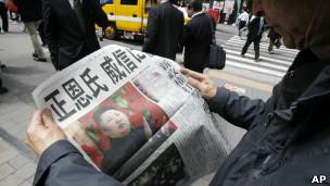 Người Nhật Bản theo dõi vụ phóng tên lửa