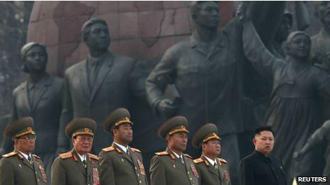 Ông Kim Jong-un (ngoài cùng bên phải) dự lễ khai trương tượng đài cha và ông nội của ông vào thứ Sáu 13/4
