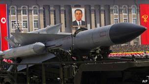 朝鲜在平壤金日成广场举行大型阅兵式,庆祝前领导人金日成诞辰100周年(15/04/2012)。