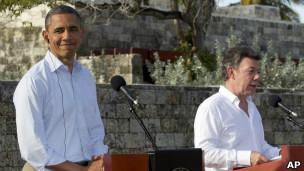 Obama e Juan Manuel Santos em discurso no encerramento da Cúpula das Américas. | Foto: AP