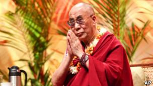 达赖喇嘛抵达夏威夷,展开对美国的访问。