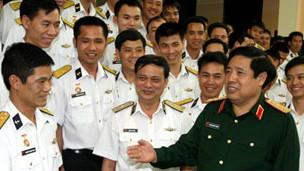 Đại tướng Phùng Quang Thanh thăm lực lượng tàu ngầm (ảnh của báo QĐND)