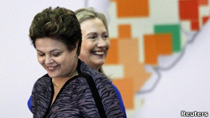 Dilma Roussef e Hillary Clinton. | Foto: Reuters