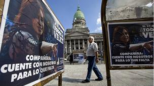 Cartaz na Argentina manifesta apoio a medida de Cristina Kirchner