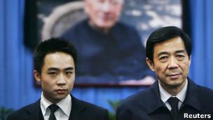 Bạc Qua Qua (trái) và cha đẻ, ông Bạc Hy Lai