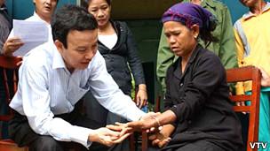 """Khám """"bệnh lạ"""" ở Quảng Ngãi, Việt Nam"""
