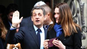 Sarkozy vota ao lado da mulher, Carla Bruni