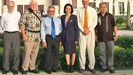 Bà Đặng Thị Hoàng Yến (thứ ba từ phải sang) cùng các thành viên hội đồng quản trị Đại học Tân Tạo