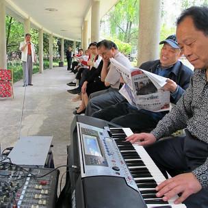 重慶花卉園內一群民眾在彈琴唱歌