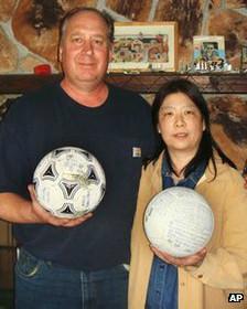 Encuentran en Alaska balón perdido en el tsunami de Japón 120423115947_balon_alaska_japon_pareja_224x280_ap_nocredit