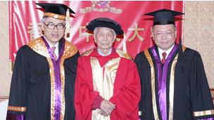 刘遵义校长、吴冠中教授与中大秘书长梁少光先生