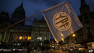 cartel pro nacionalización de YPF frente al Congreso argentino