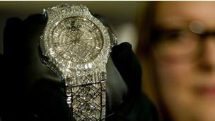 Reloj cubierto de diamantes