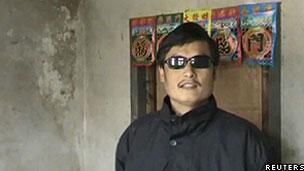 Imagem de Chen Guangcheng em seu vilarejo, tirada de um vídeo (Reuters)