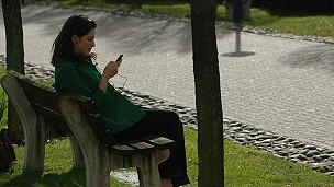 mujer con su celular sola