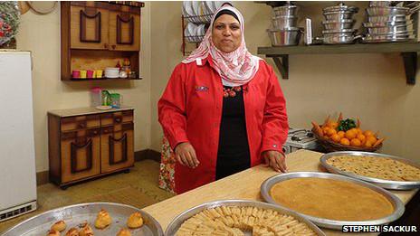 """هل ستصبح الست غالية رئيسة لمصر يوما ما؟ // قصة طاهية مصرية تقود """"انتفاضة المطابخ"""" عبر التلفزيون 120428152025_set_ghalia_464x261_bbc_nocredit"""