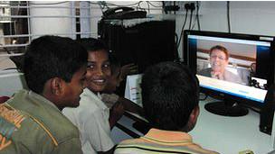 Crianças indianas dizem se empolgar com as lições