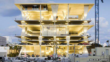 estacionamiento diseñado por Herzog de Meuron