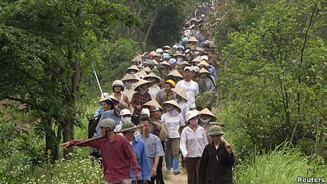 Dân Văn Giang trong một lần đi bảo vệ đất khỏi bị cưỡng chế hồi tháng 4/2012