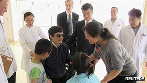 چن و خانواده در بیمارستان