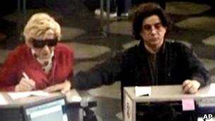 Thomas Prusik-Parkin, vestido como sua mãe, e Mhilton Rimolo, em foto tirada de uma câmera de vigilância