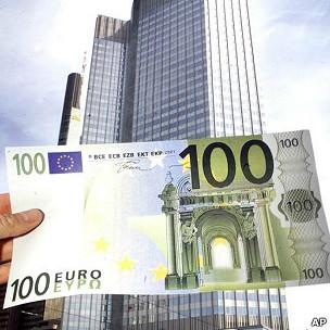 Representación de un billete de euro frente al Banco Central Europeo