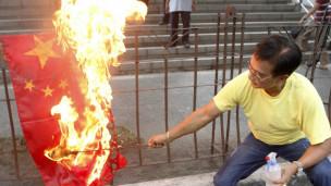 Người dân Philippines đốt cờ Trung Quốc trong một cuộc biểu tình trước cơ quan ngoại giao nước này