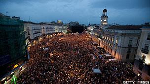 Manifestantes reunidos na praça Puerta del Sol, em Madri (Getty)