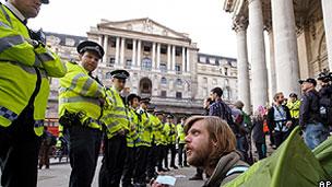 Manifestantes tentaram chegar até o Banco da Inglaterra (AP)