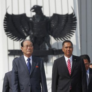 Ông Kim Yong Nam (bên trái) trong lễ đón ở Jakarta