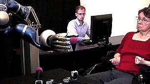 Paciente moviendo brazo robótico