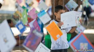 Criança brinca com livros na Flip (Foto: André Conti)