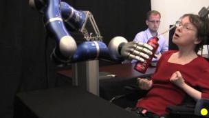 Paciente moviendo el brazo robótico