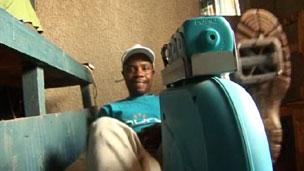 Fançois Nsengimana pedala para gerar e revender eletricidade em Ruanda (BBC)
