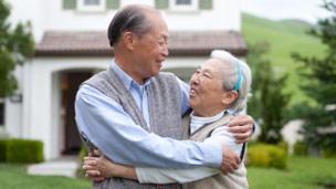 http://wscdn.bbc.co.uk/worldservice/assets/images/2012/05/17/120517153408_elderly_couple_304x171.jpg