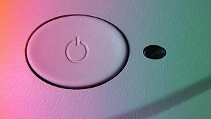 «Apague y vuelva a encender», la recomendación más habitual de los servicios de atención a los usuarios de tecnología. Desde teléfonos inteligentes «congelados» hasta computadoras con pantallas de alerta, la mayoría de los dispositivos electrónicos que utilizamos todos los días fallan, en ocasiones sin razón aparente, y, por lo general, en el momento más inoportuno posible. «Apague y vuelva a encender», es el consejo más habitual de los servicios de atención a usuarios cuando un dispositivo no responde. Pero, ¿por qué sucede esto? «A veces, simplemente se confunden», dice Stuart Miles, fundador del sitio de internet de pruebas de tecnología