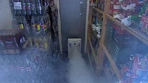 O alarme de fumaça visa desorientar os ladrões (BBC)
