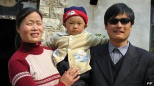چن گوانگچن، فعال نابینای حقوق بشر چینی و خانوادهاش