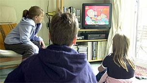 टीवी देखते बच्चे