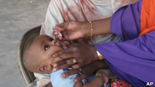 Criança sendo vacinada contra a pólio na Somália (AP)