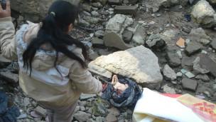 被丢弃在河边的死婴