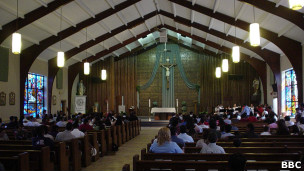 Iglesia con feligreses latinos