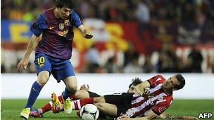 Lionel Messi controla el balón en una imagen de la final de la Copa del Rey.