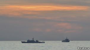 中国在黄岩岛附近的海监船(资料照片)