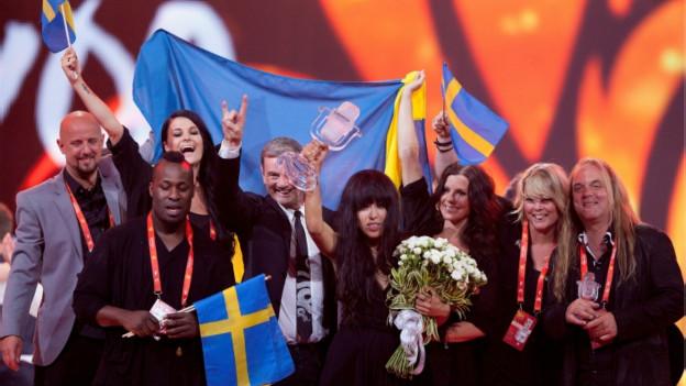 لورين السويدية ترفع كأس اليوروفيجين