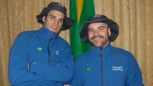 Paulo Scherer e Richard Amante com os uniformes que usarão na viagem (Foto: arquivo pessoal)