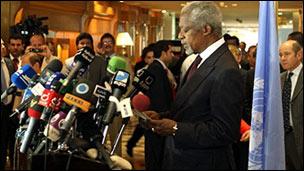 Ông Kofi Annan phát biểu với báo chí khi đến Damascus