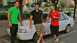 Paulo, Edgard e Richard em frente ao Santana que usarão na viagem (Foto: Fernanda Morena / BBC Brasil)