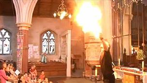 Nick Davies arranca aplausos de fiéis com truque com fogo (BBC)