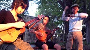 El trio llanero de cuatro, bandola y maracas, ensayando en el campus de Komaba, Universidad de Tokio